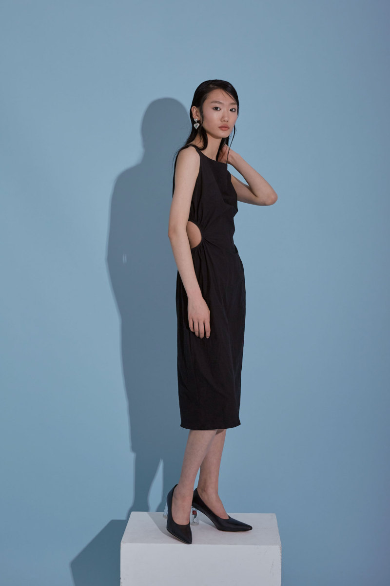 腰部镂空一字肩裙
