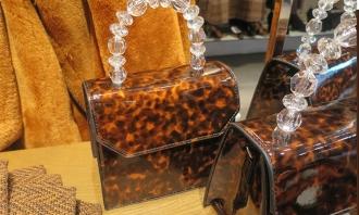 19年流行元素玳瑁、亚克力和通透琉璃质感