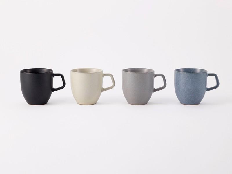 ovject马克杯[300毫升] 马克杯,舒适,熟悉的感觉, 柔软的外形和艺术不规则的釉面。 由YOSHIHIRO MIKAMI设计 马克杯具有舒适,熟悉的感觉,柔软的形状和艺术上不规则的釉面。 这款小型马克杯采用美浓陶瓷制品塔吉米地区精制而成。 简洁柔和的造型与艺术上不规则的美感深釉感相结合。 这款马克杯专为日常使用而设计,具有方便的300毫升液体容量,易于使用,适用于许多不同的东西,包括咖啡或汤。 这些陶瓷杯具有舒适设计的手柄,可以用两根手指牢牢抓住,每天都可以随意使用,同时还具有良好的存在感。