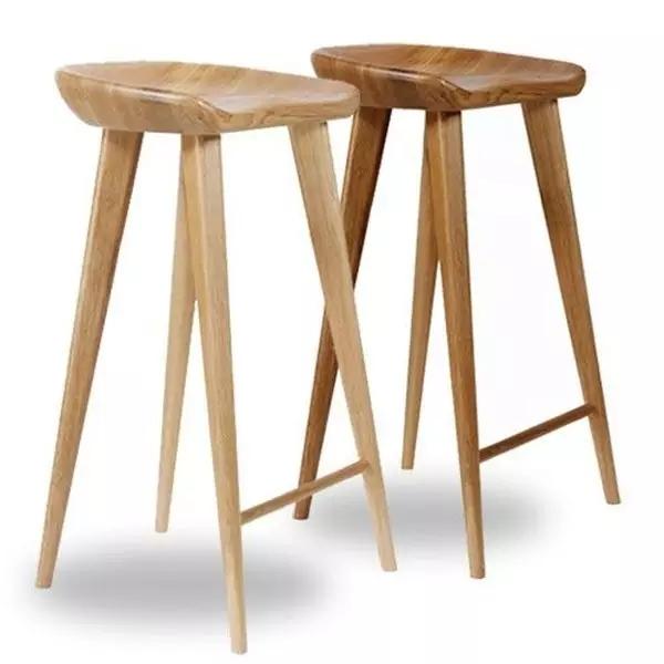 识别木材 松木   松木家具是实木家具中最便宜的,最早从北欧那边开始流行,因其具有的原木感,比较适合自然风装修,而且相对覆盖率大,较环保。   橡胶木   橡胶木家具是由橡胶木主干制成的性价比极高的家具,千万别把橡胶木和橡木搞混了,橡木贵很多。   桦木   桦木相对也比较便宜,整体的纹理直且明显,质地较软或适中,成材后多变形,所以很少见全部用桦木制成的桌椅,多被用于其它家具的芯材或者镶花材料。  水曲柳   对我们来说,水曲柳也是家具中比较常见的木材,同样是亲民的价格,但相比松木家具要坚硬耐磨。