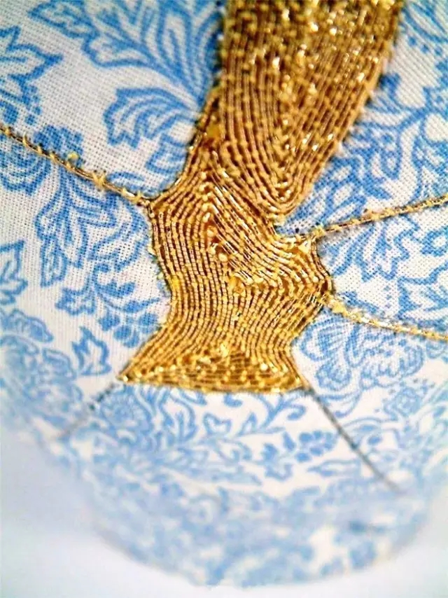花布都选用白底蓝色印花布,目的是为了让裹了布以后的陶瓷碎片有青花