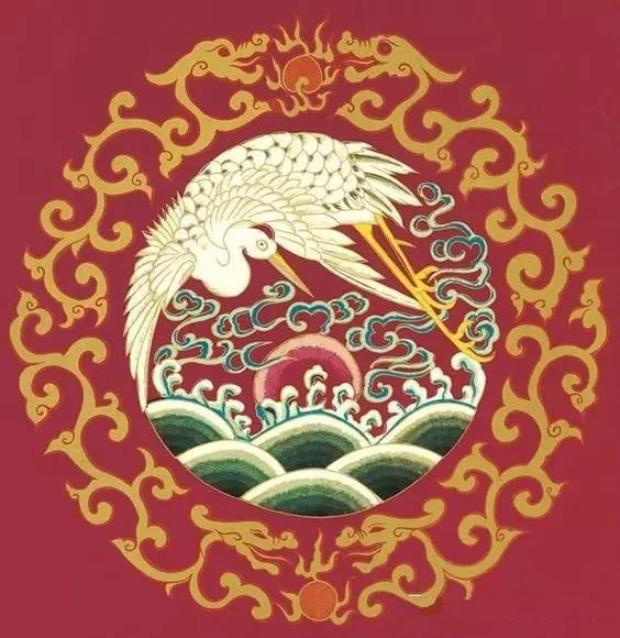我国的传统纹样丰富多彩,璀璨夺目, 它既代表中华民族的悠久历史、社会的发展进步, 也是世界文化艺术宝库中的巨大财富。  在时下流行的中国风的元素中, 比起花鸟等这些具象的图案, 传统纹样似乎更能代表中华民族文化艺术的精髓。 从变幻无穷、淳朴浑厚的各类纹样里, 我们可以看出各时代工艺的技术水平, 和中华民族一脉相承的艺术文化传统。  早在6、7千年前,我们远古的祖先就创造出彩陶, 之后又有青铜、陶瓷、漆器、 丝绸、刺绣、雕刻、编织、蜡染等工艺。 今天主要讲三种传统纹饰: 云纹  水纹  吉祥纹 clou