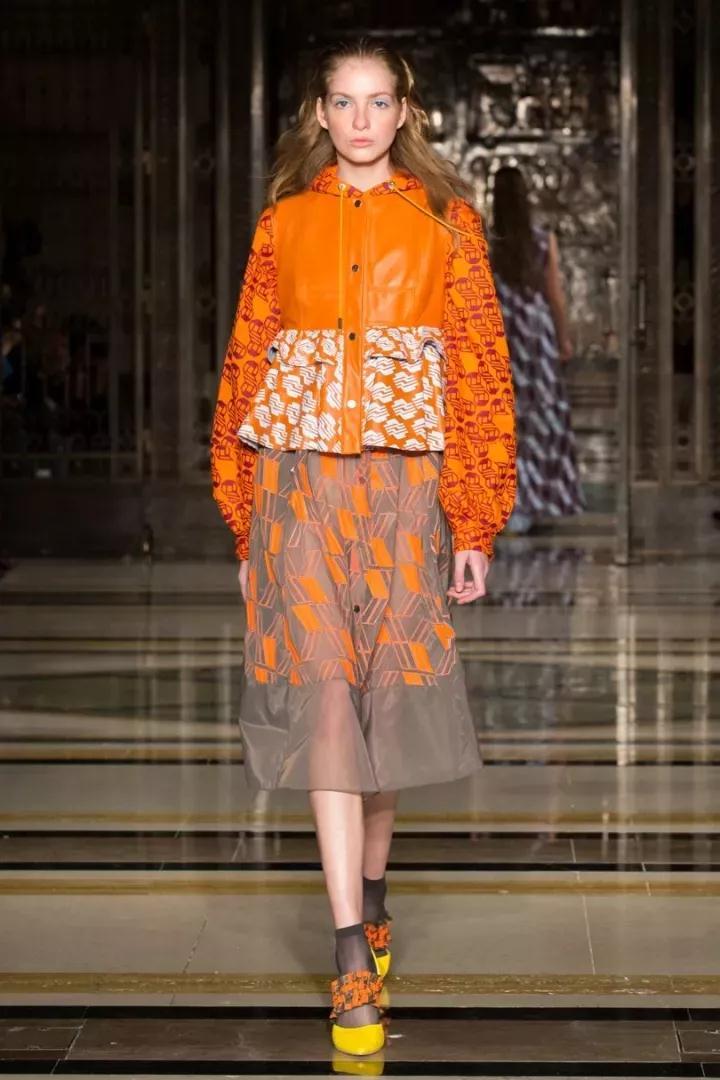 延展外套下摆廓形,形成a版廓形,丰富服装结构变化,提升整体造型感和